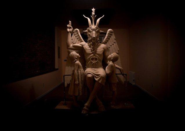 Escultura de Baphomet no Templo Satânico de Detroit, Michigan