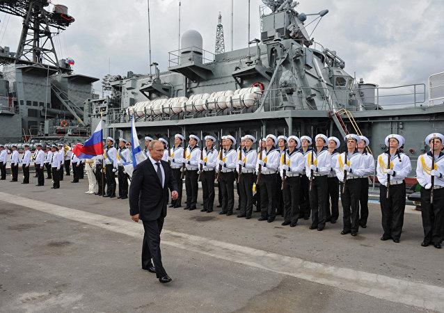 Presidente russo Vladimir Putin participa da cerimônia oficial perante o destroier Vice-admiral Kulakov em Novorossiysk, Rússia, setembro de 2014 (foto de arquivo)