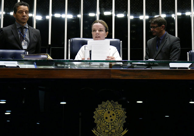 À mesa, senadora Gleisi Hoffmann (PT-PR) fala sobre os casos de estupro coletivo no Brasil