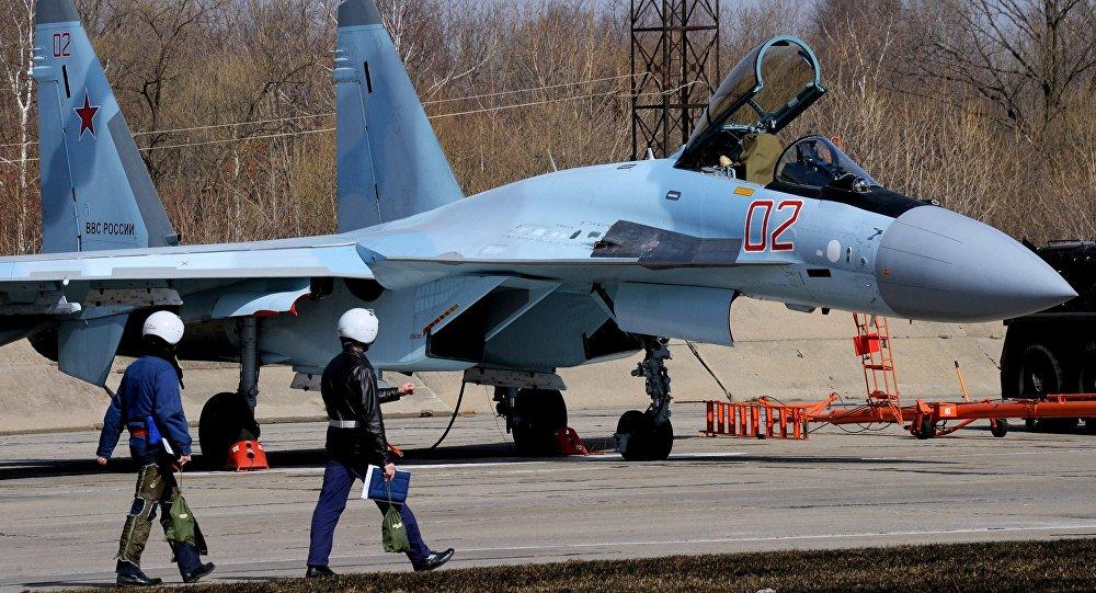 Caça Su-35S antes de voar no âmbito de eliminatórios para o concurso Aviadarts 2016, realizado perto da cidade de Vladivostok