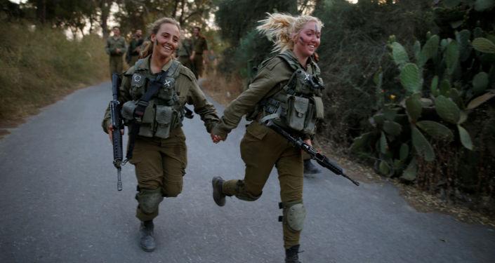Militares de uma equipe de resgate durante manobras na floresta de Ben Shemen, arredores de Modiin, Israel, 23 de maio de 2016.
