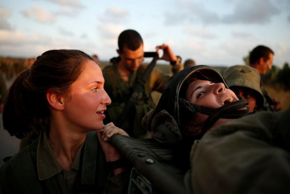 De acordo com a Lei do Serviço Militar, todas as mulheres com mais de 18 anos de idade e solteiras sem filhos são obrigadas a prestar serviço militar. Para as mulheres religiosas existe uma forma alternativa de serviço civil.