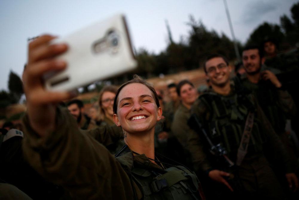 Mas, em 1995, o Supremo Tribunal de Israel alterou a Lei do Serviço Militar, permitindo que as mulheres sirvam nas unidades militares, bem como estudem nas escolas de cadetes da aviação e ascendam a comandantes da Marinha.