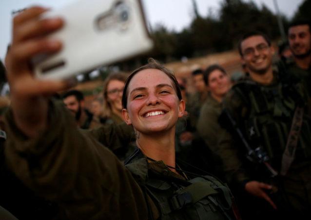 Em 1995, o Supremo Tribunal de Israel alterou a Lei do Serviço Militar, que permitiu que as mulheres servam nas formações militares, bem como estudem nas escolas de cadetes da aviação e se tornem comandantes da Marinha.