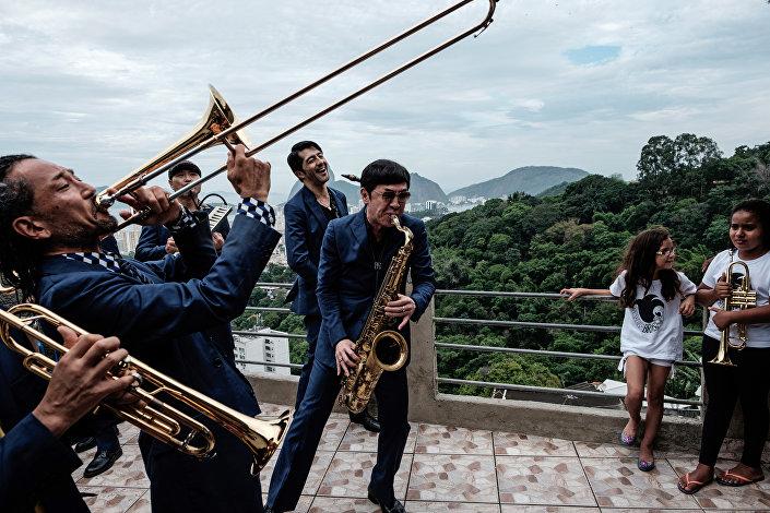 Trombone na favela já foi realidade: por exemplo, em 20 de novembro de 2015, o conjunto Tokyo Ska Paradise Ochestra tocou no Pereirão, organizando depois um ateliê de música para crianças