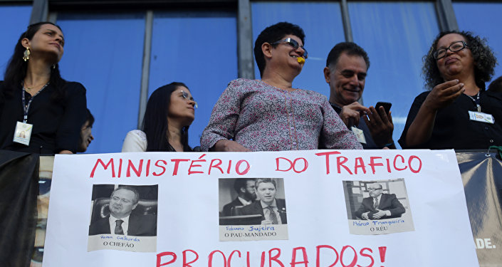 Pedidos da renuncia do ministro da Transparência, Fiscalização e Controle, Fabiano Silveira, durante as manifestações em Brasília