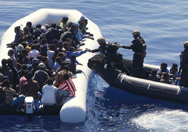 Marinha da Alemanha resgatando migrantes no mar Mediterrâneo (arquivo)