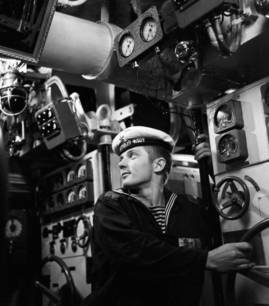 Um marinheiro supervisiona o trabalho de dispositivos