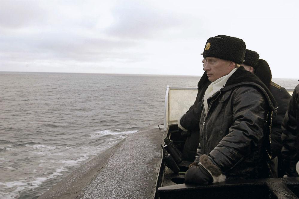 O presidente russo, Vladimir Putin a bordo do cruzador Arkhangelsk durante os exercícios da Frota do Norte