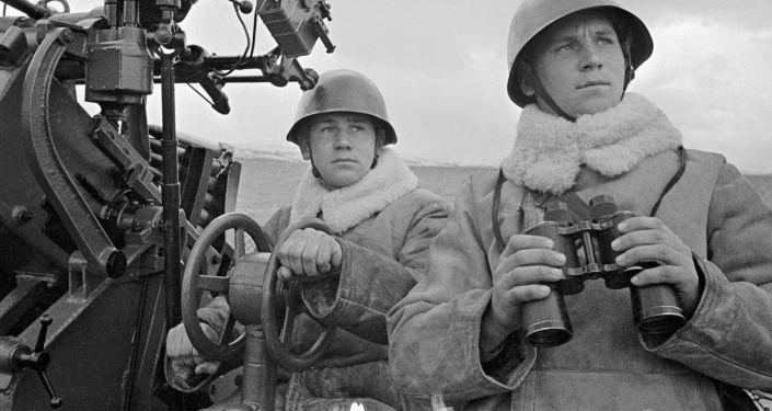 Os dois irmãos artilheiros Dolgov do grupo de patrulha marítima num dos navios da Frota do Norte durante a Segunda Guerra Mundial