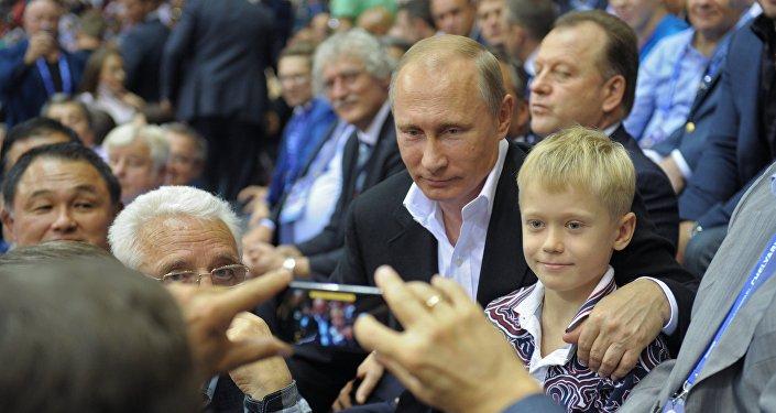 Vladimir Putin é fotografado em companhia de crianças em 31 de agosto de 2014