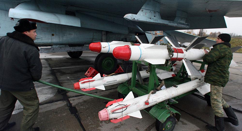 Su-27 sendo equipados com mísseis na base aérea de Chkalovsk