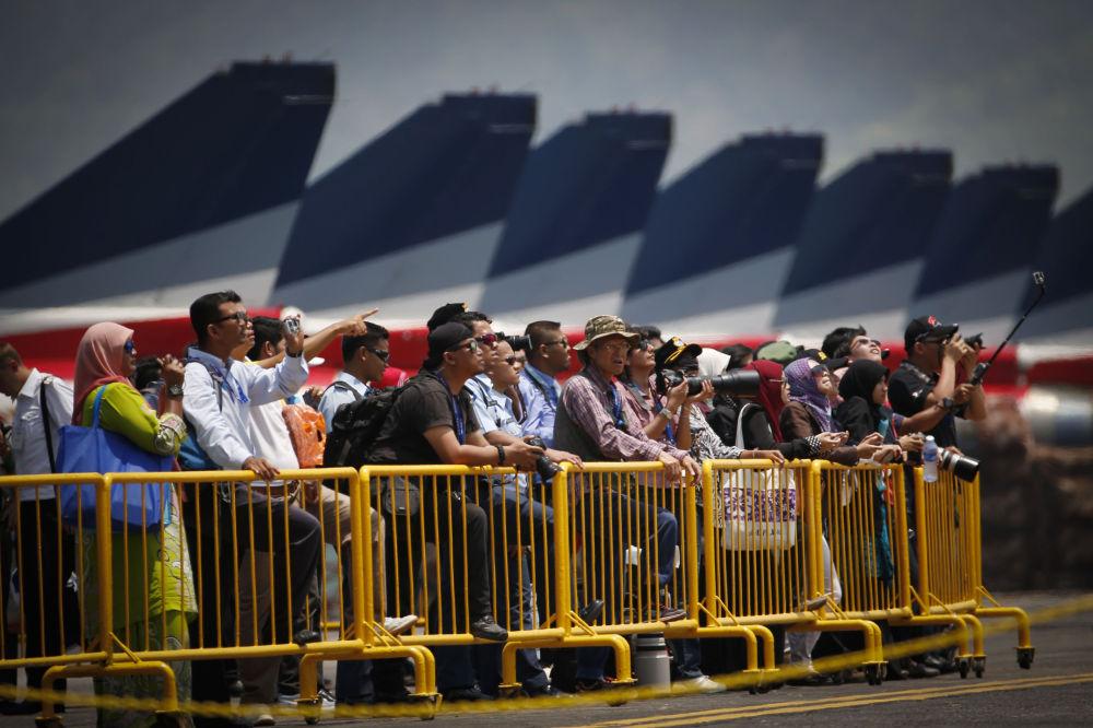 Os visitantes da exposição de equipamentos marítimos  e espaciais LIMA-2015 na Malásia