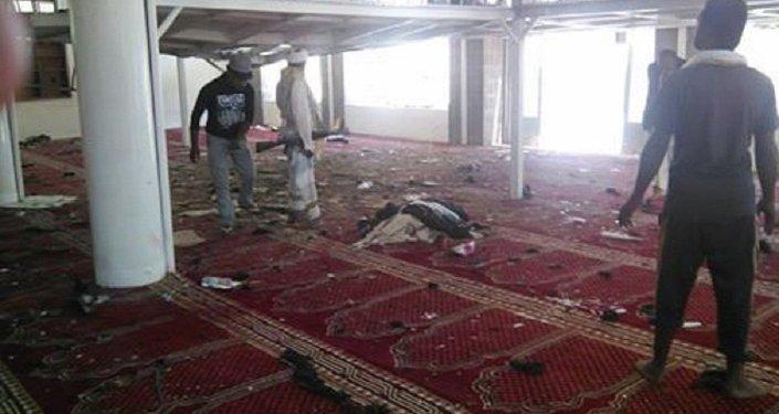 Homens-bomba se explodem em mesquita no Iêmen, matando dezenas de pessoas