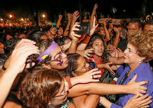 """Presidenta Dilma Rousseff durante Ato """"Mulheres pela Democracia contra o Golpe"""", no Rio de Janeiro"""