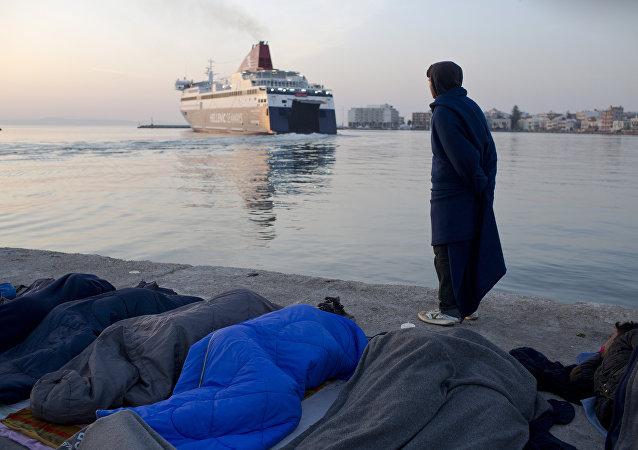 Refugiados e migrantes de Paquistão estão dormindo na costa grega. Foto de arquivo de 6 de abril, 2016