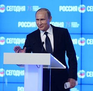 Presidente russo Vladimir Putin faz discurso no Fórum Midiático Internacional Nova Época do Jornalismo: a Despedida do Mainstream na sede da agência Rossiya Segodnya, Moscou, Rússia, 7 de junho de 2016