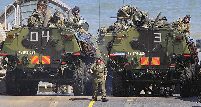 Soldados estacionam os seus veículos num navio, participando nos exercícios BALTOPS da OTAN no Mar Báltico em 17 de junho, 2015.