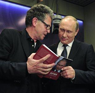 """Presidente russo Vladimir Putin e o jornalista alemã Hubert Seipel no Fórum Mediático Internacional em Moscou, onde o lornalista apresetou o seu livro """"Putin: uma olhada por dentro do poder"""" ao lider russo em 7 de junho, 2016"""