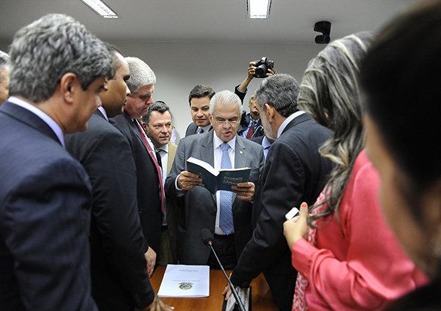 Conselho de Ética adia futuro de Cunha e votação de cassação fica para quarta-feira