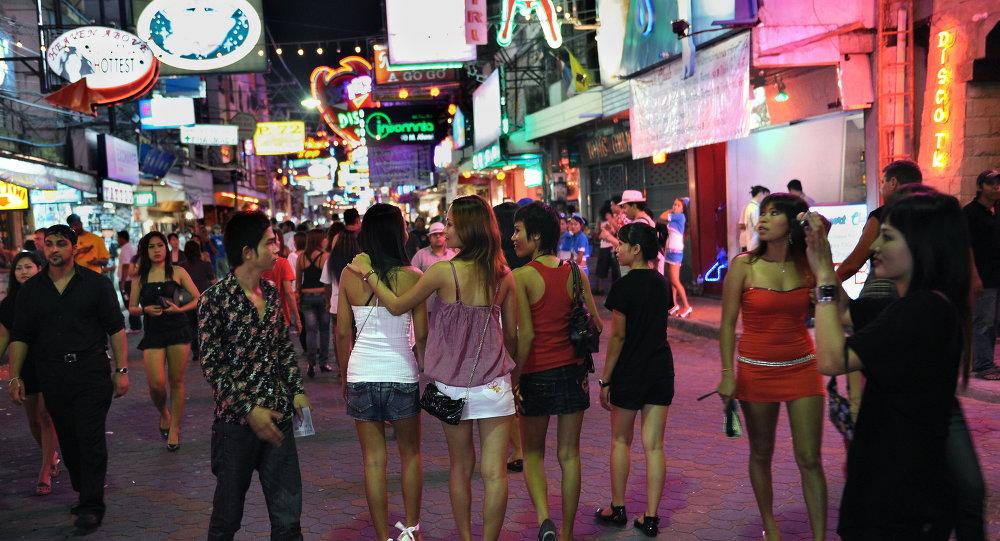 Homens e mulheres andar no distrito da luz vermelha em Pattaya, Tailândia