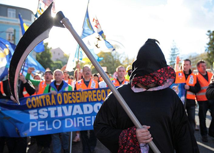 A de junho de 2016 não é a primeira greve de estivadores em Portugal. Nesta foto de novembro de 2012, por exemplo, estivadores marcham contra o desemprego no setor