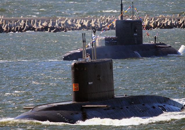 Submarinos russos Vyborg e Stary Oskol durante o ensaio general antes da parada militar em comemoração do Dia da Marinha russa, Baltiysk, Rússia, maio de 2016