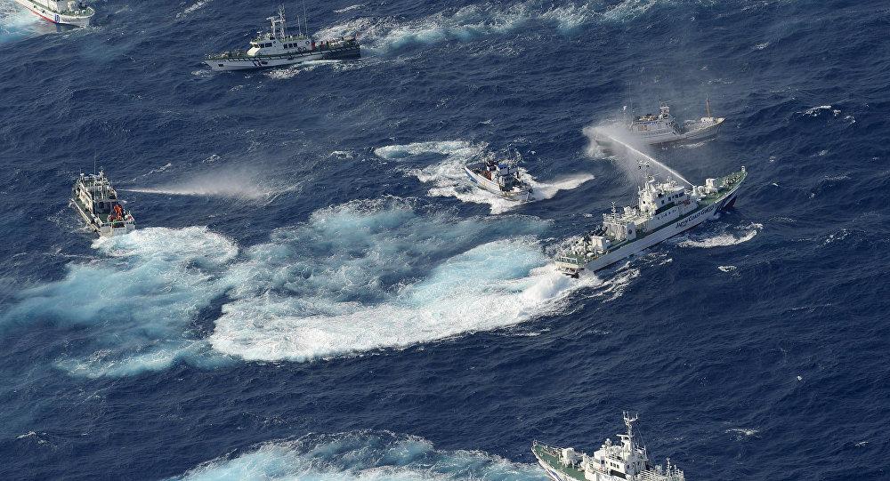 Guarda costeira japonesa usa canhões de agua na disputa territorial de Senkaku