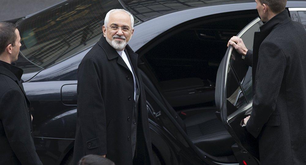 Javad Zarif, ministro de Relações Exteriores do Irã, volta ao hotel após negociações com o secretário de Estado americano, John Kerry