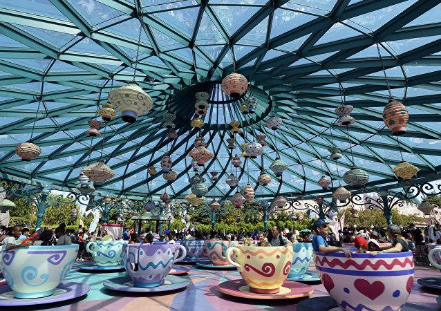 Xícara maluca no parque de diversões Disneyland, Paris, França, agosto de 2015 (foto de arquivo)