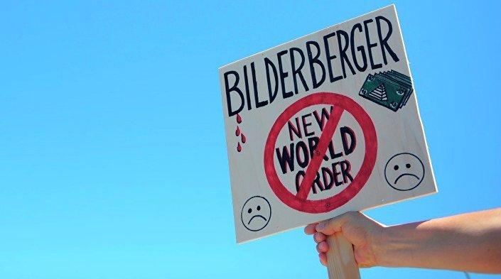 O ativista protesta contra o encontro de Clube de Bilderberg