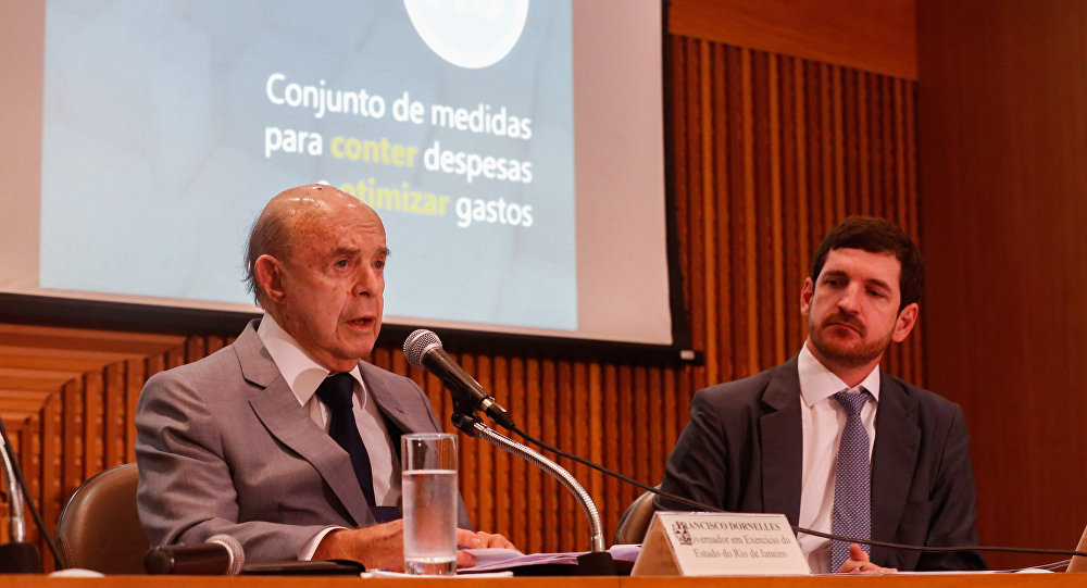 Governador do Rio apresenta pacote para conter crise, cortando 30% dos gastos.