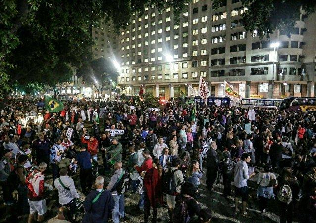 Concentração de manifestantes na Candelária, no Rio de Janeiro