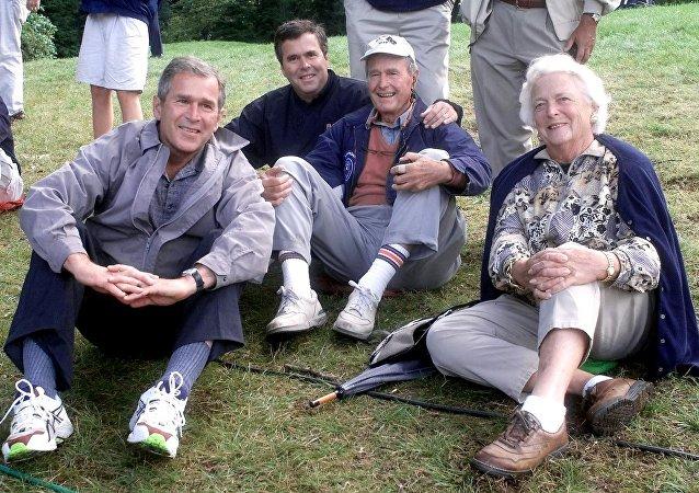 John Ellis Jeb Bush, filho do 41º presidente dos EUA com o seu pai, o seu irmão George W. Bush