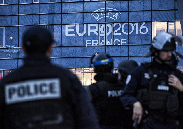 Policiais em treinamento para a Euro 2016