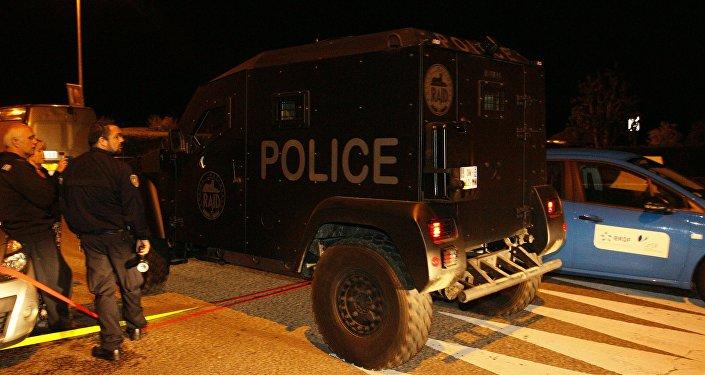 Veículo da RAID (tropa de elite da polícia francesa) deixa o local da operação em Magnanville, nos arredores de Paris, depois de matar um homem que sequestrou a esposa e o filho de um policial morto a facadas por um homem