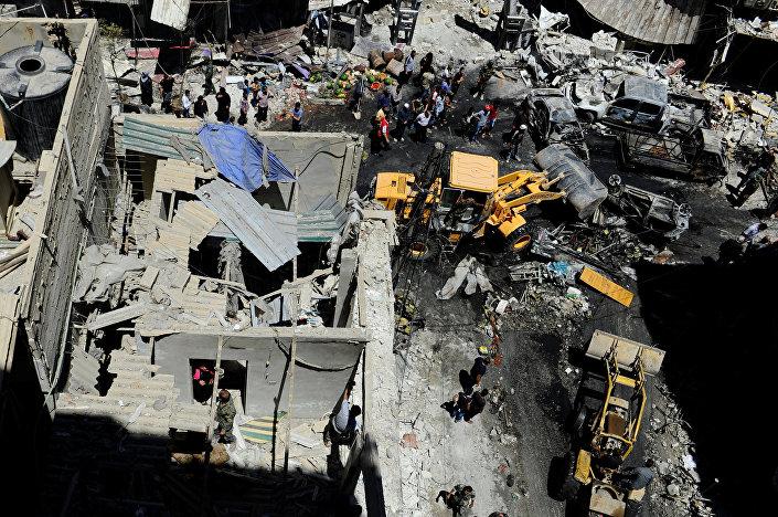 Civis e militares do exército sírio fazem inspeção de um local de explosão de carro-bomba, Sayeda Zeinab, 11 junho de 2016