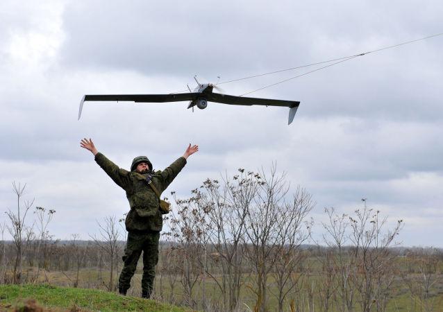 Militares russos testam um drone durante exercícios