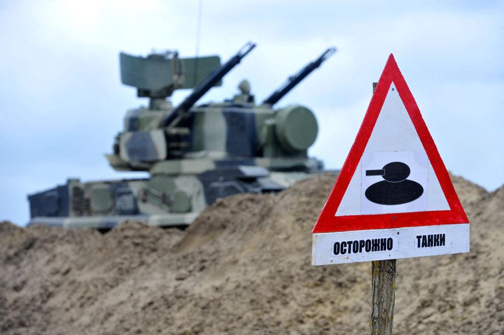 """Sinalização """"Cuidado, tanques"""" no polígono Sernovodsky"""