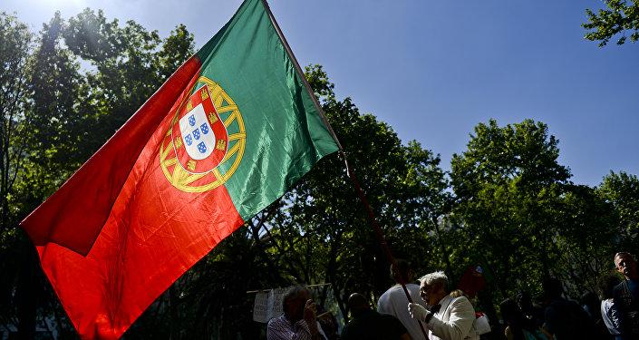 A bandeira de Portugal durante manifestações de 25 de abril, 2016