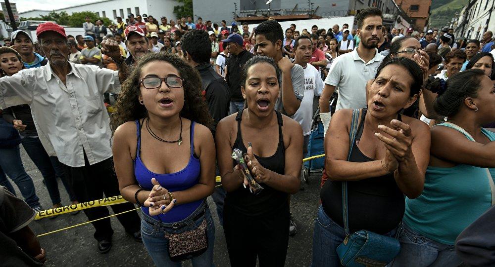 Manifestantes protestam contra situação econômica da Venezuela em Caracas