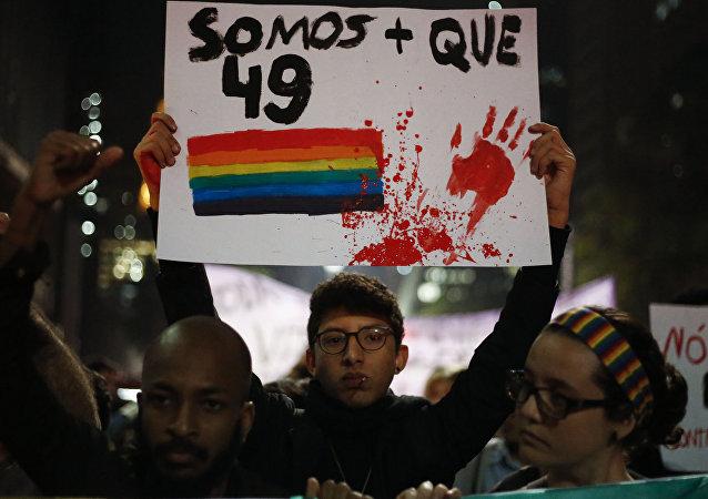 Ativistas com velas e bandeiras prestam homenagem às vítimas do massacre ocorrido em um clube gay em Orlando em 15 de junho de 2016