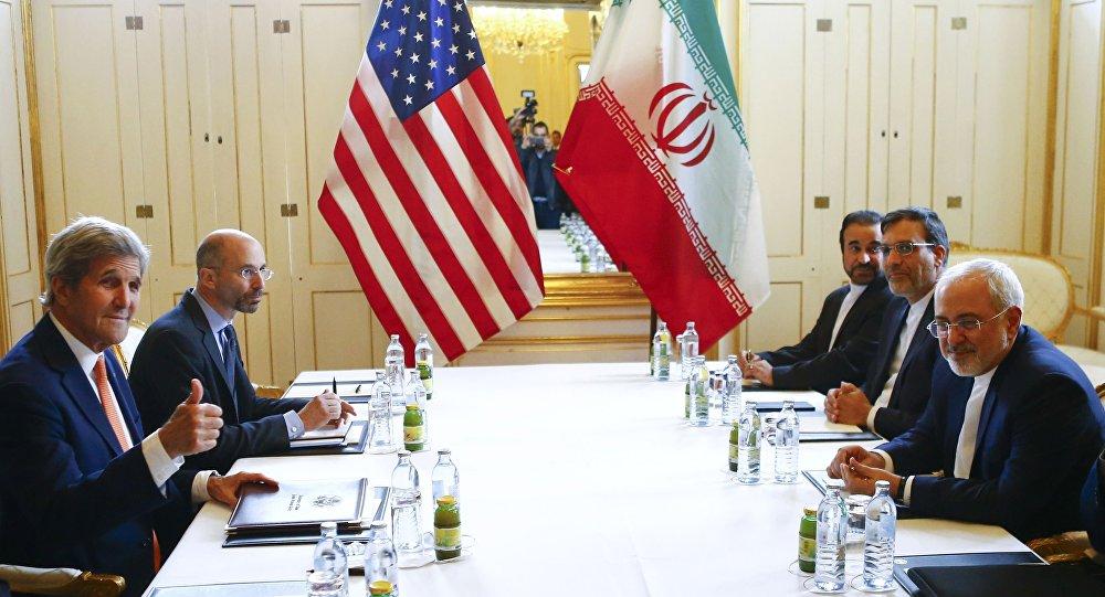 Secretário de Estado norte-americano John Kerry e o ministro das Relações Exteriores do Irã Mohammad Javad Zarif duarnte o encontro bilateral, Viena, Áustria, 17 de maio de 2016