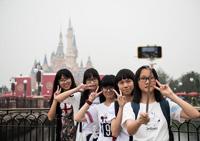 Visitantes no parque da Disney em Xangai  (foto de arquivo)