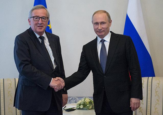 Encontro do presidente da Rússia Vladimir Putin com o presidente da Comissão Europeia Jean-Claude Juncker no Fórum Econômico Internacional de São Petersburgo
