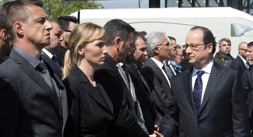 Um policial francês se recusou a apertar a mão do presidente do país François Hollande e do primeiro-ministro Manuel Valls durante uma cerimónia de homenagem