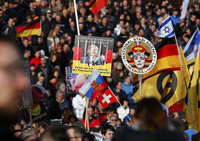 Simpatizantes do grupo Pegida durante marcha contra a islamização em Dresden, em 6 de fevereiro de 2016