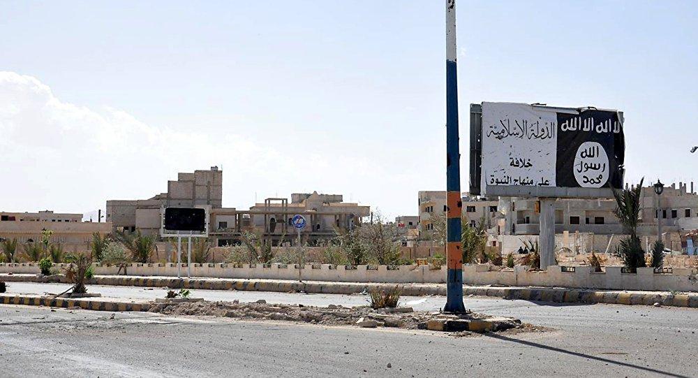 Pôster pertencente aos militantes do Daesh erguido ao longo de uma estrada, Síria, 27 de março de 2016