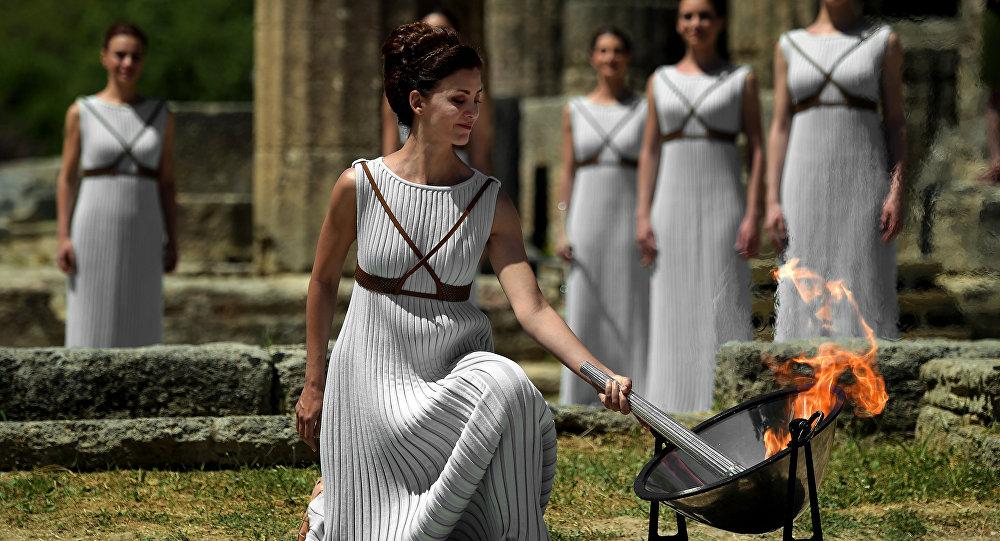 Atriz Katerina Lechou acende a chama olímpica no Templo de Hera em 21 de abril de 2016 durante a cerimônia de acendimento da chama olímpica na antiga Olympia