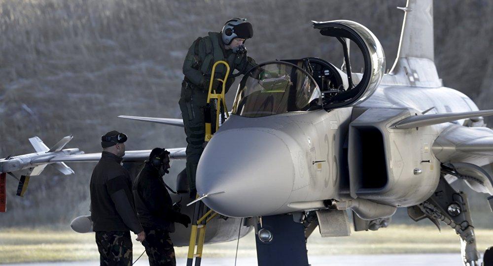 Piloto da força aérea da Hungria entra em um caça Gripen JAS-39